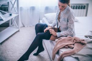 Si può prevenire una trombosi in aereo utilizzando una calza elastica